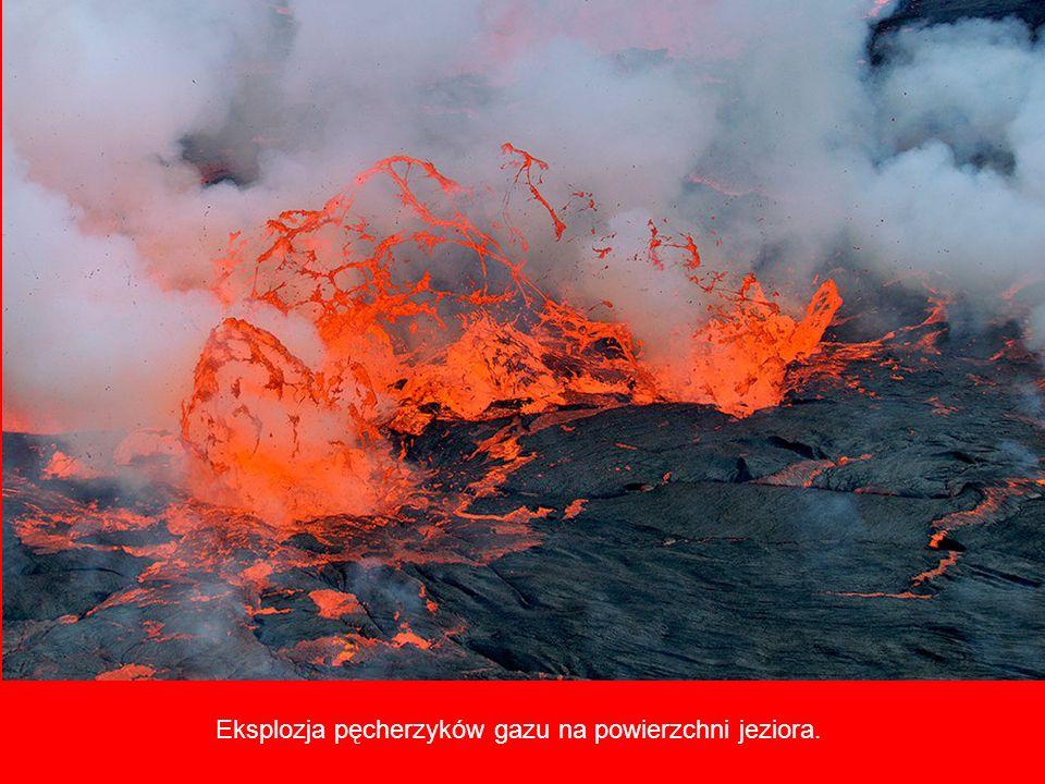 Pierre-Yves pobiera próbki gazu, który gromadzi się w dolnej części krateru.