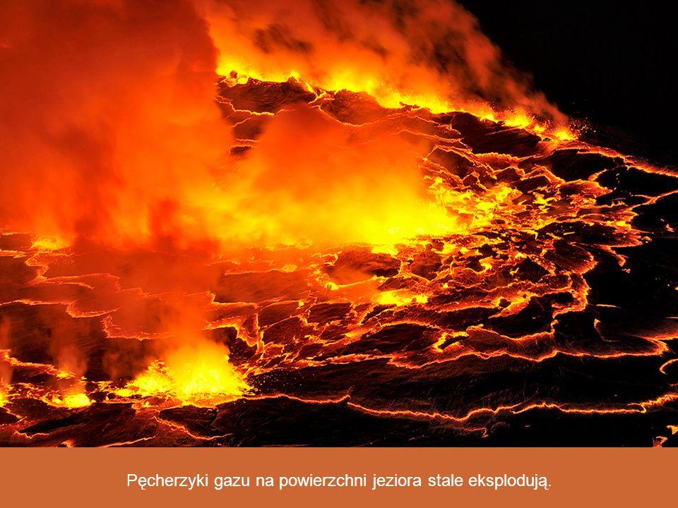 Pęcherzyki gazu na powierzchni jeziora stale eksplodują.