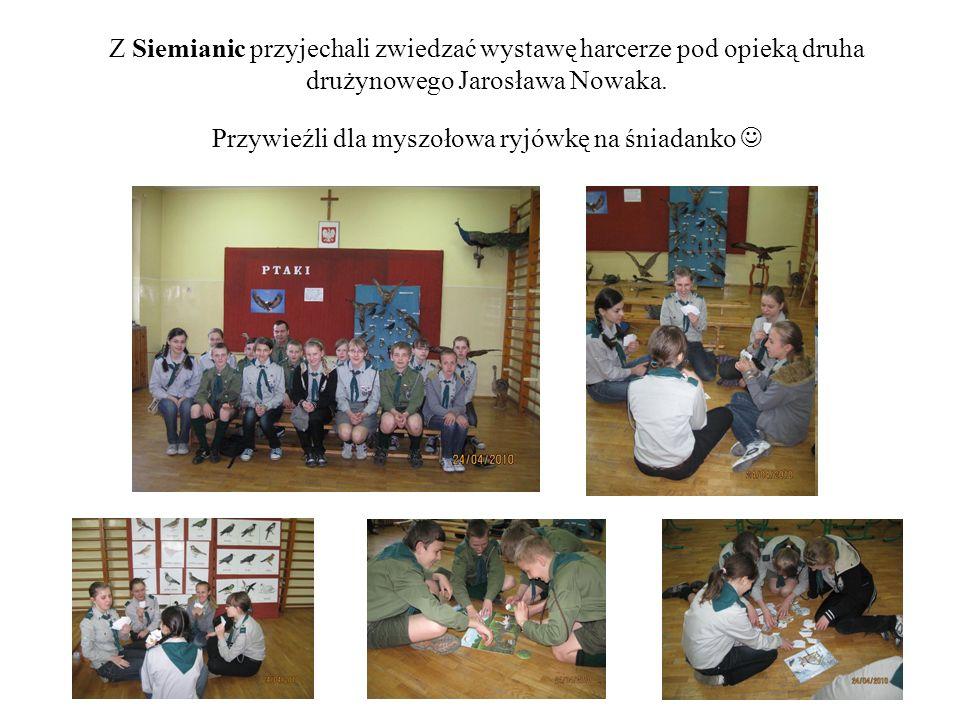 Z Siemianic przyjechali zwiedzać wystawę harcerze pod opieką druha drużynowego Jarosława Nowaka. Przywieźli dla myszołowa ryjówkę na śniadanko