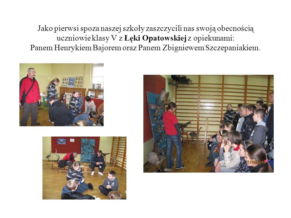 Jako pierwsi spoza naszej szkoły zaszczycili nas swoją obecnością uczniowie klasy V z Łęki Opatowskiej z opiekunami: Panem Henrykiem Bajorem oraz Pane