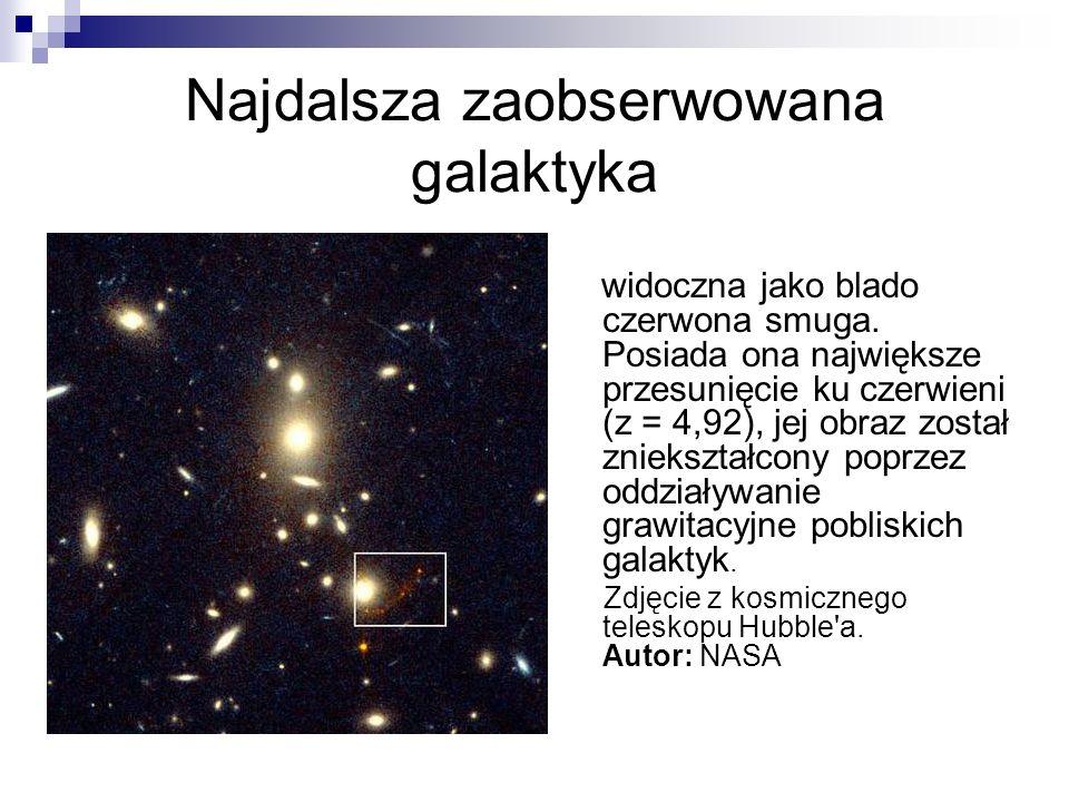 Najdalsza zaobserwowana galaktyka widoczna jako blado czerwona smuga. Posiada ona największe przesunięcie ku czerwieni (z = 4,92), jej obraz został zn