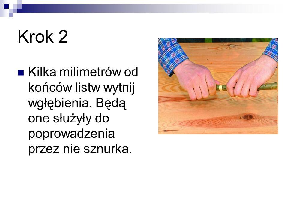 Krok 3 Wyznacz dokładny środek każdej z listew i zwiąż je ze sobą tasiemką na kształt krzyża (pod kątem 90 stopni).