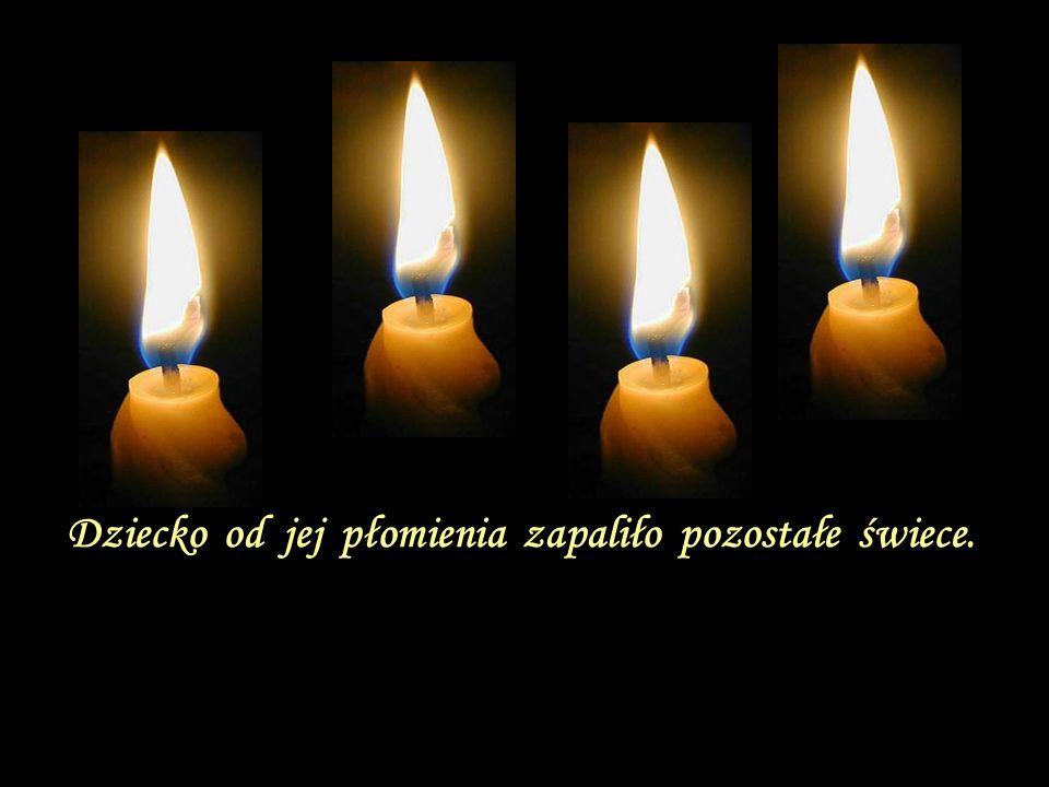 Dziecko od jej płomienia zapaliło pozostałe świece.