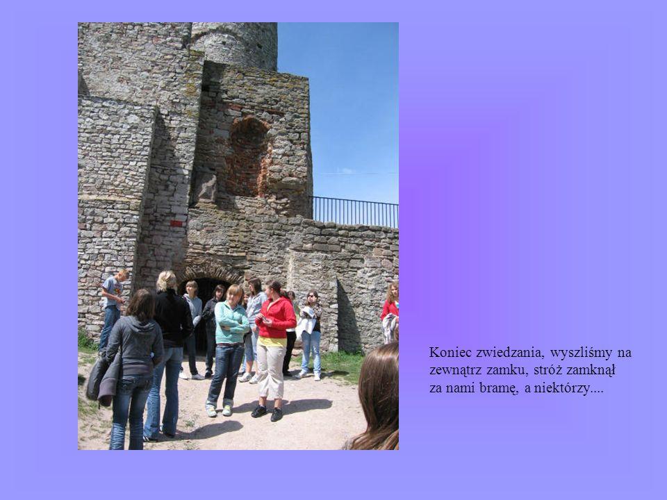 Koniec zwiedzania, wyszliśmy na zewnątrz zamku, stróż zamknął za nami bramę, a niektórzy....