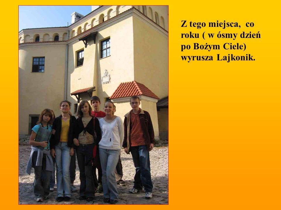 Na dziedzińcu klasztoru Norbertanek.