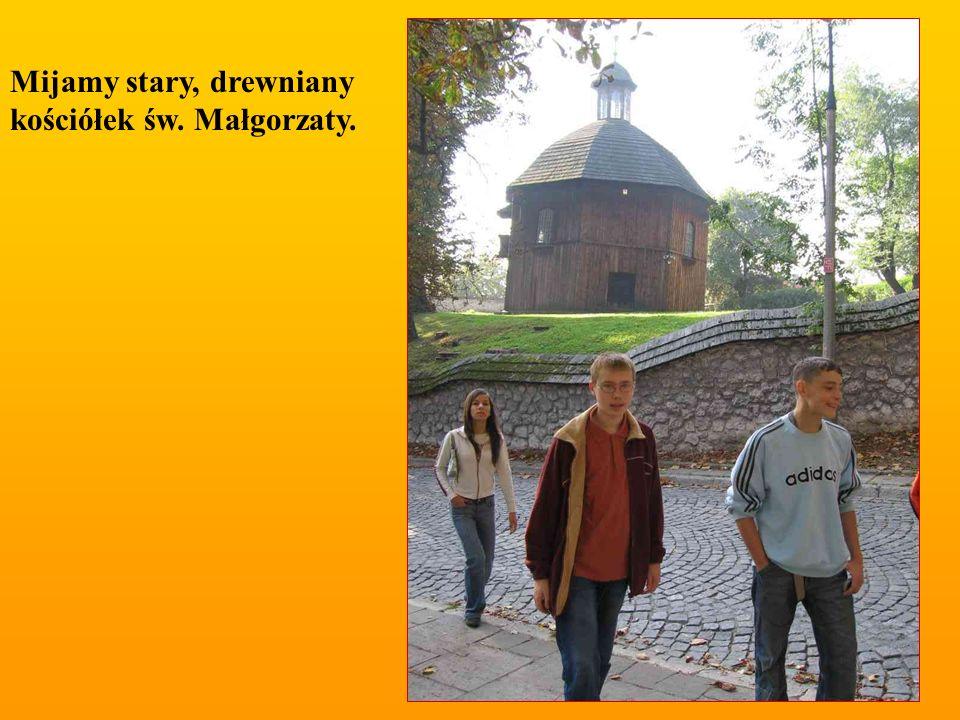 Z tego miejsca, co roku ( w ósmy dzień po Bożym Ciele) wyrusza Lajkonik.