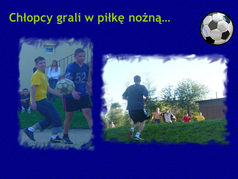 Chłopcy grali w piłkę nożną…