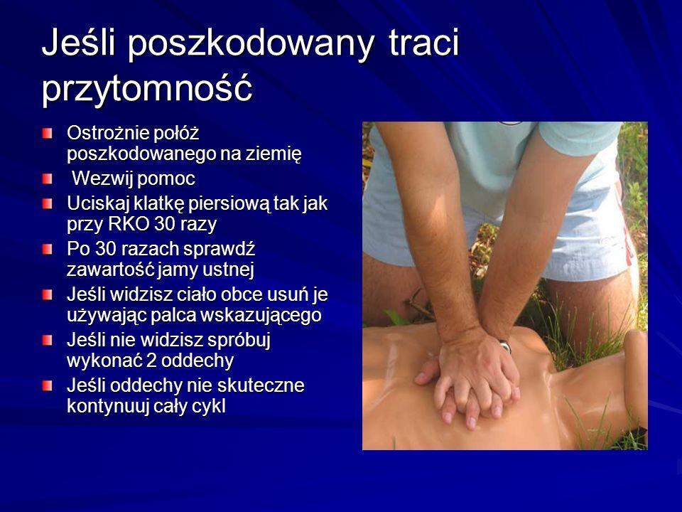 Jeśli poszkodowany traci przytomność Ostrożnie połóż poszkodowanego na ziemię Wezwij pomoc Wezwij pomoc Uciskaj klatkę piersiową tak jak przy RKO 30 r