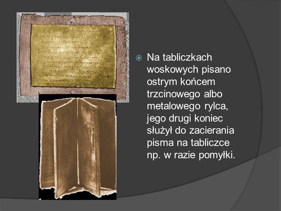 Przykład Na tabliczkach woskowych pisano ostrym końcem trzcinowego albo metalowego rylca, jego drugi koniec służył do zacierania pisma na tabliczce np.