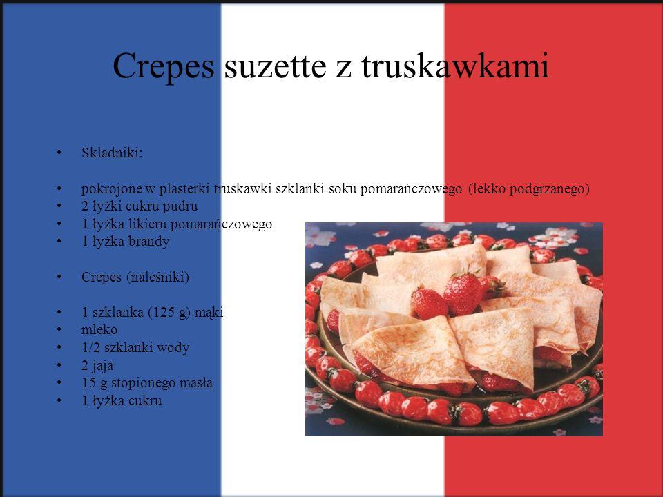 Crepes suzette z truskawkami Skladniki: pokrojone w plasterki truskawki szklanki soku pomarańczowego (lekko podgrzanego) 2 łyżki cukru pudru 1 łyżka l