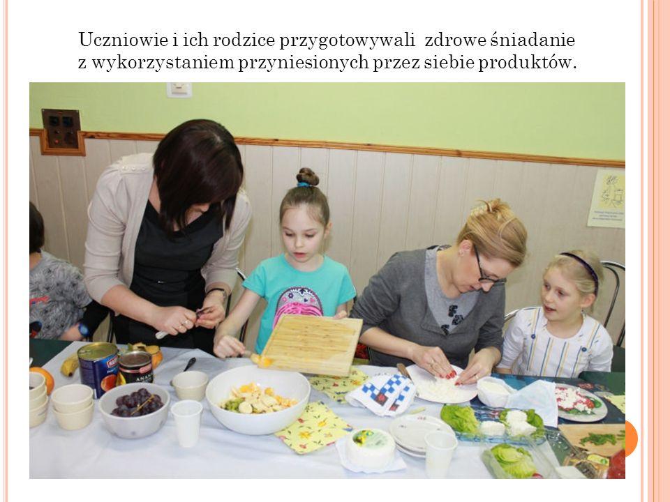 Uczniowie i ich rodzice przygotowywali zdrowe śniadanie z wykorzystaniem przyniesionych przez siebie produktów.