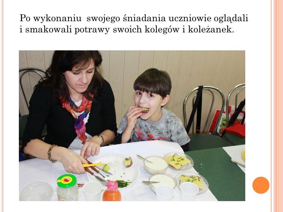 Po wykonaniu swojego śniadania uczniowie oglądali i smakowali potrawy swoich kolegów i koleżanek.