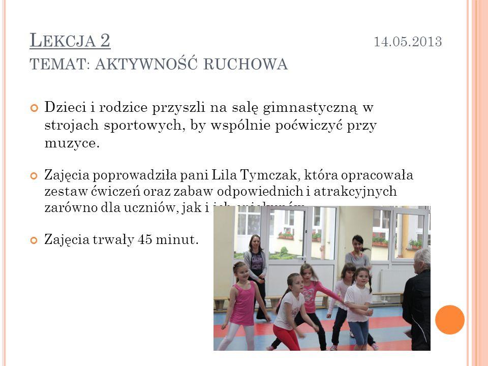 Dzieci i rodzice przyszli na salę gimnastyczną w strojach sportowych, by wspólnie poćwiczyć przy muzyce.