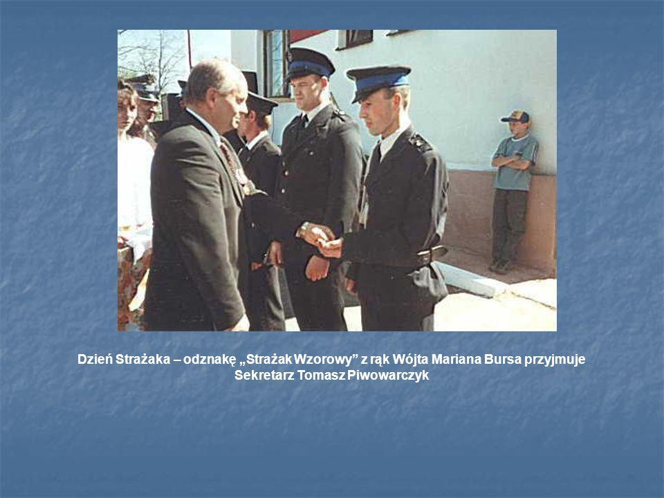 Dzień Strażaka – odznakę Strażak Wzorowy z rąk Wójta Mariana Bursa przyjmuje Sekretarz Tomasz Piwowarczyk