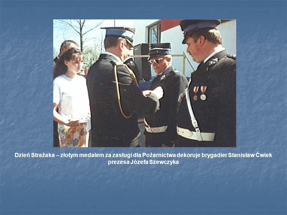 Dzień Strażaka – złotym medalem za zasługi dla Pożarnictwa dekoruje brygadier Stanisław Ćwiek prezesa Józefa Szewczyka