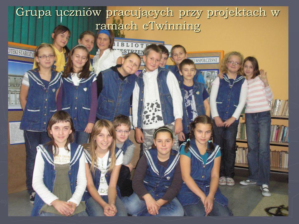 Grupa uczniów pracujących przy projektach w ramach eTwinning