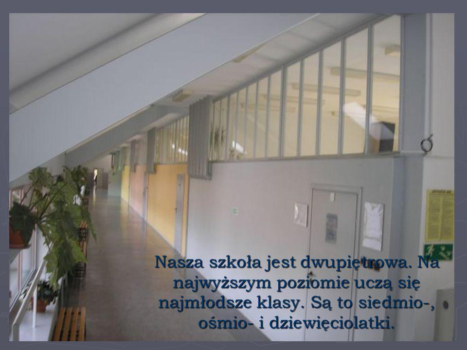 Nasza szkoła jest dwupiętrowa.Na najwyższym poziomie uczą się najmłodsze klasy.
