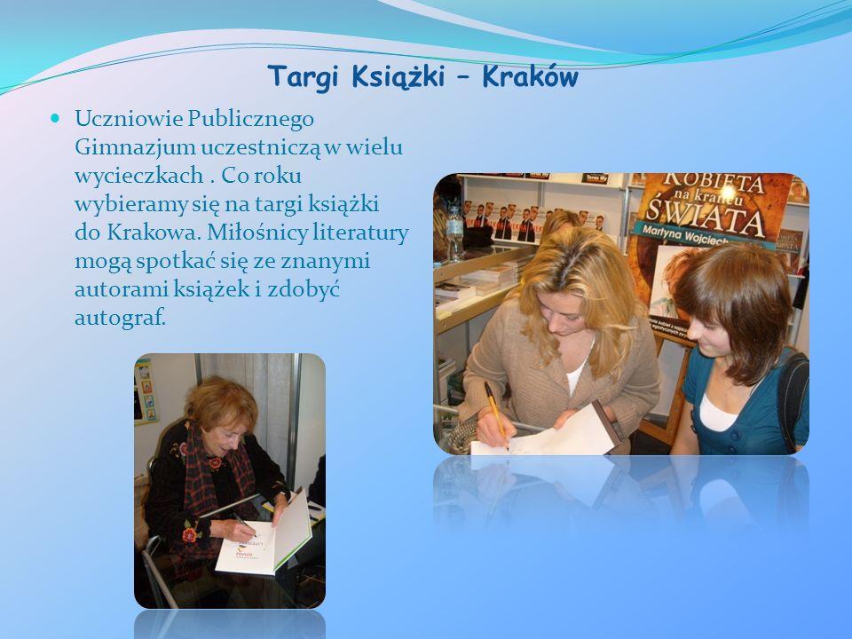 Targi Książki – Kraków Uczniowie Publicznego Gimnazjum uczestniczą w wielu wycieczkach. Co roku wybieramy się na targi książki do Krakowa. Miłośnicy l