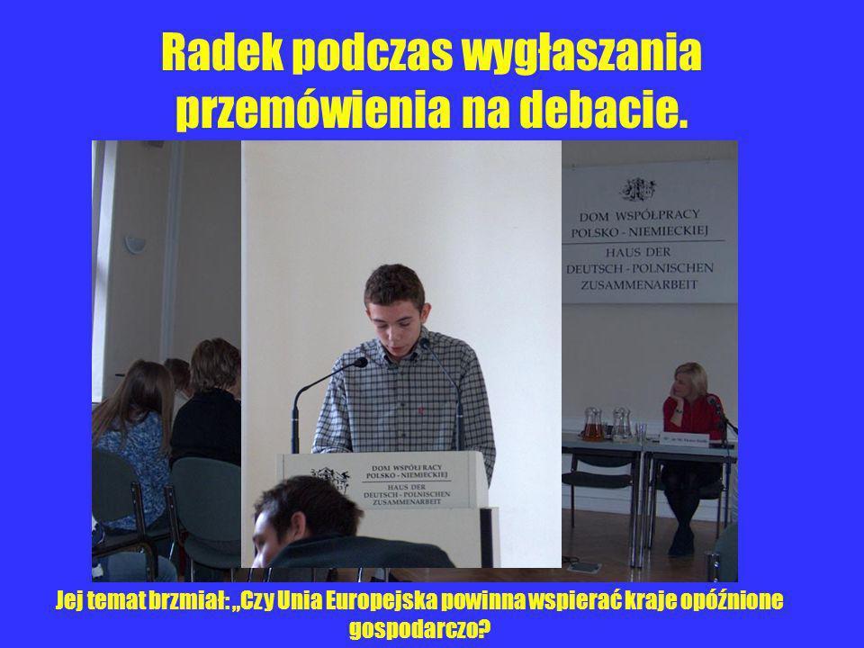 Radek podczas wygłaszania przemówienia na debacie. Jej temat brzmiał: Czy Unia Europejska powinna wspierać kraje opóźnione gospodarczo?