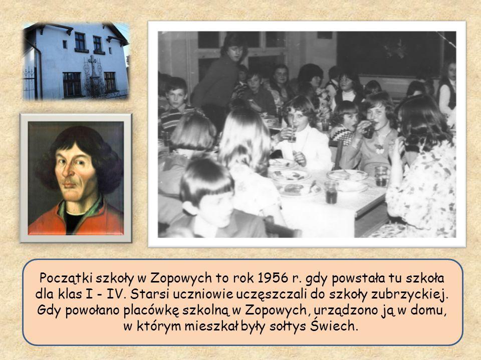 Początki szkoły w Zopowych to rok 1956 r. gdy powstała tu szkoła dla klas I - IV. Starsi uczniowie uczęszczali do szkoły zubrzyckiej. Gdy powołano pla