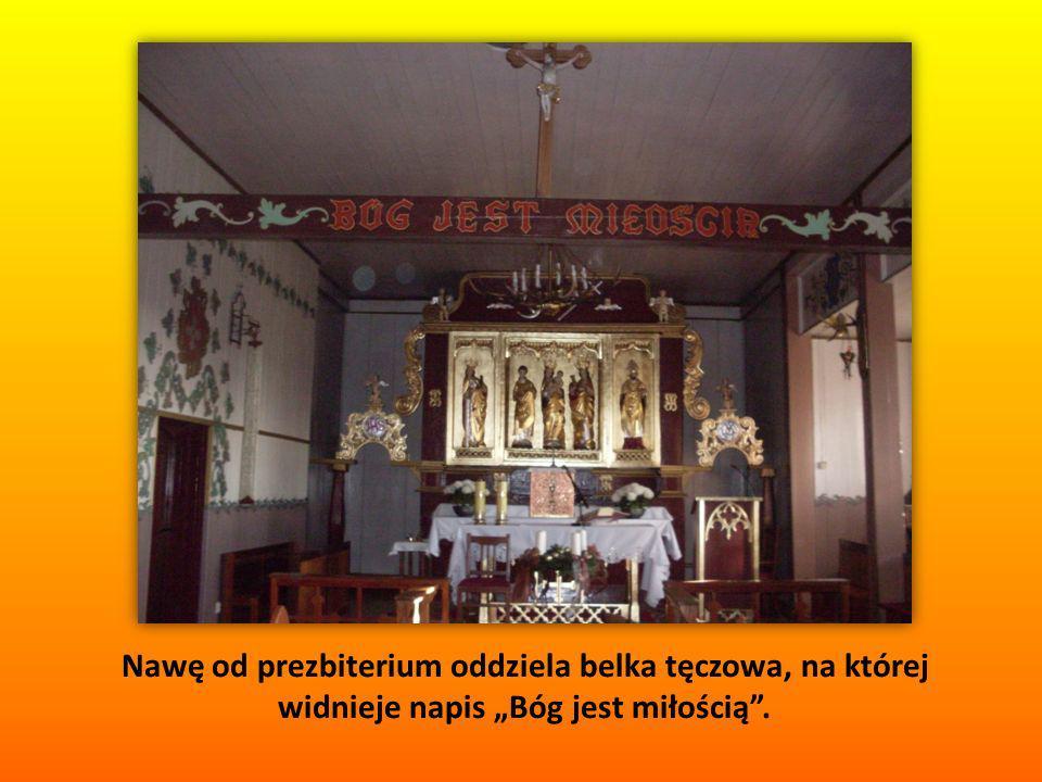Nawę od prezbiterium oddziela belka tęczowa, na której widnieje napis Bóg jest miłością.
