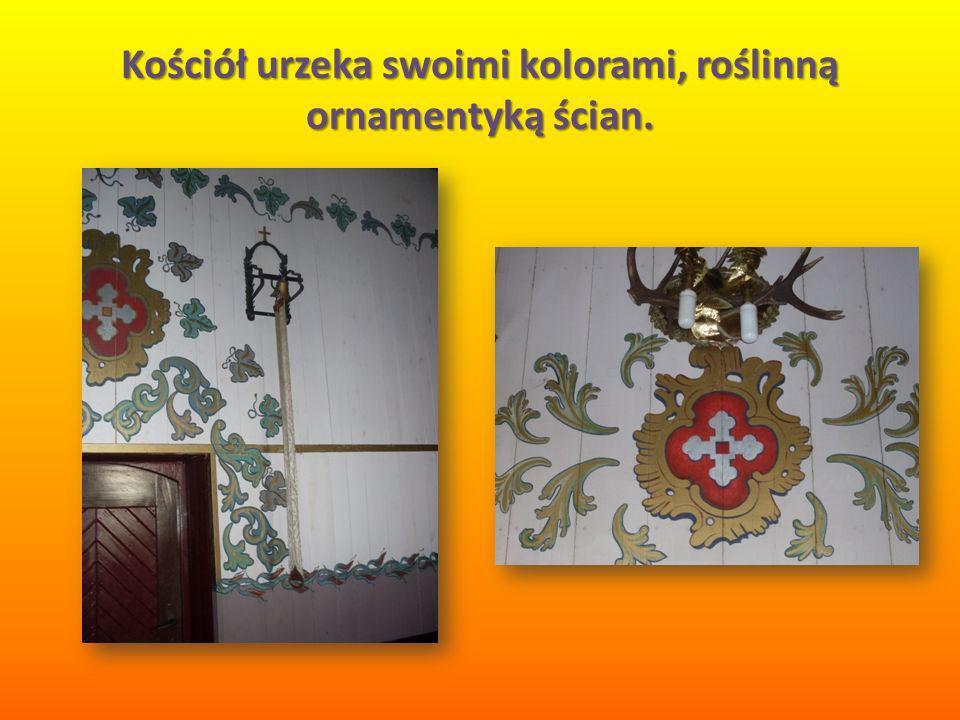 Kościół urzeka swoimi kolorami, roślinną ornamentyką ścian.