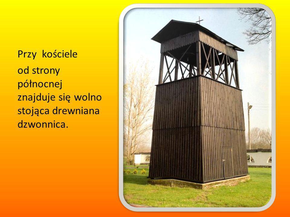 Przy kościele od strony północnej znajduje się wolno stojąca drewniana dzwonnica.