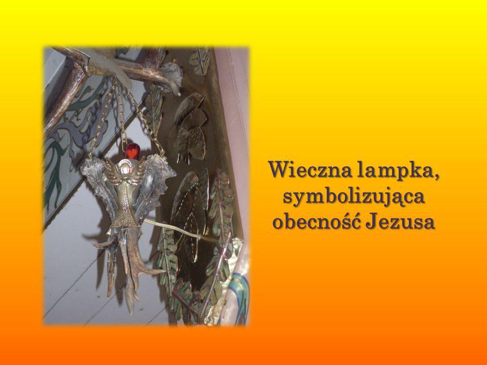 Przed kościołem znajduje się krzyż, z napisem JEZU UFAM TOBIE.