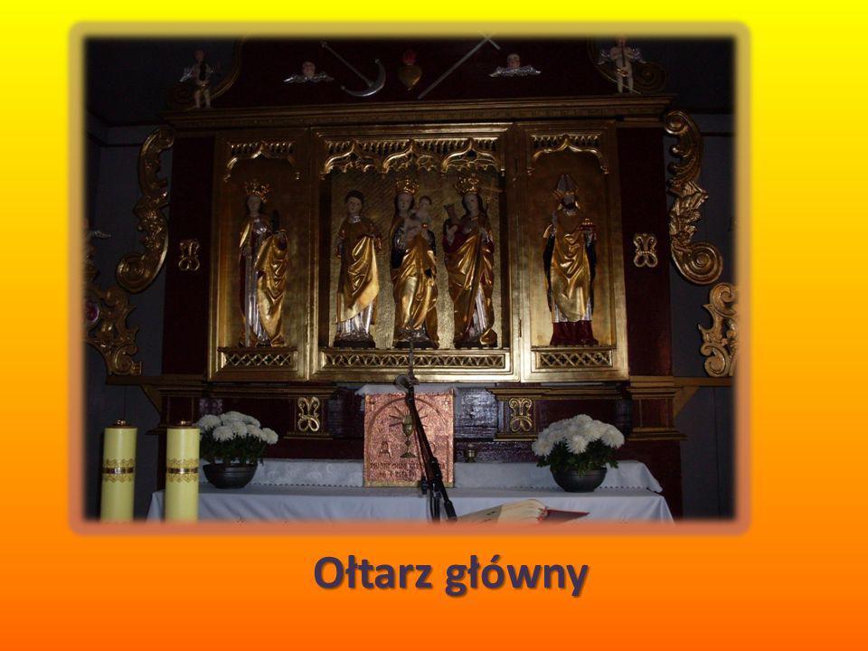 W ołtarzu głównym, znajduje się zabytkowy, późnogotycki tryptyk z rzeźbami w części środkowej i na skrzydłach.