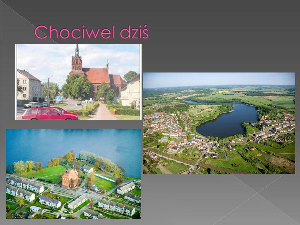 Chociwel jest malowniczo usytuowany nad jeziorem Starzyc o charakterystycznym półksiężycowym kształcie.