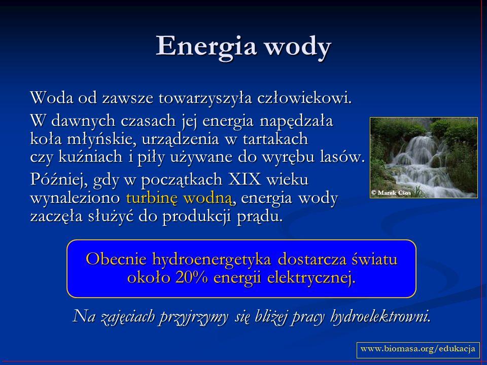 Energia wody Woda od zawsze towarzyszyła człowiekowi. W dawnych czasach jej energia napędzała koła młyńskie, urządzenia w tartakach czy kuźniach i pił