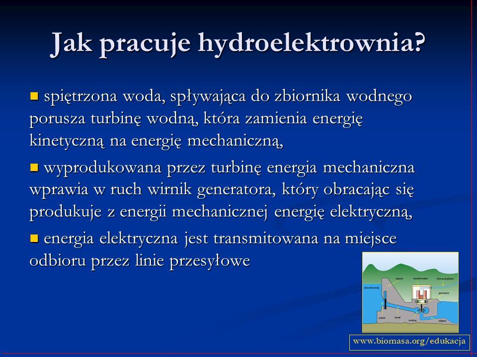 Jak pracuje hydroelektrownia? spiętrzona woda, spływająca do zbiornika wodnego porusza turbinę wodną, która zamienia energię kinetyczną na energię mec