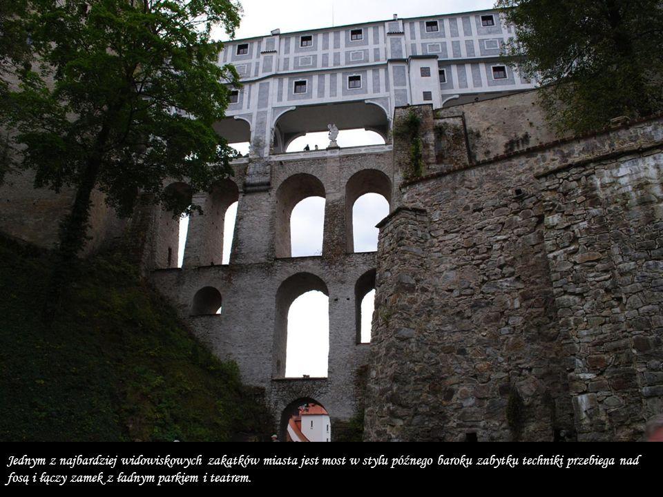 Jednym z najbardziej widowiskowych zakątków miasta jest most w stylu późnego baroku zabytku techniki przebiega nad fosą i łączy zamek z ładnym parkiem i teatrem.
