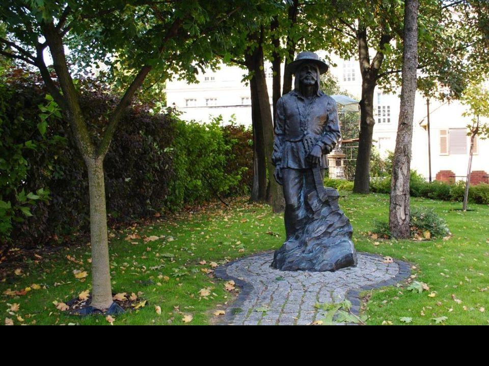Uniwersytet Opolski otoczony jest jedynymi w swym rodzaju rzeźbami autorstwa artysty Mariana Molendy.