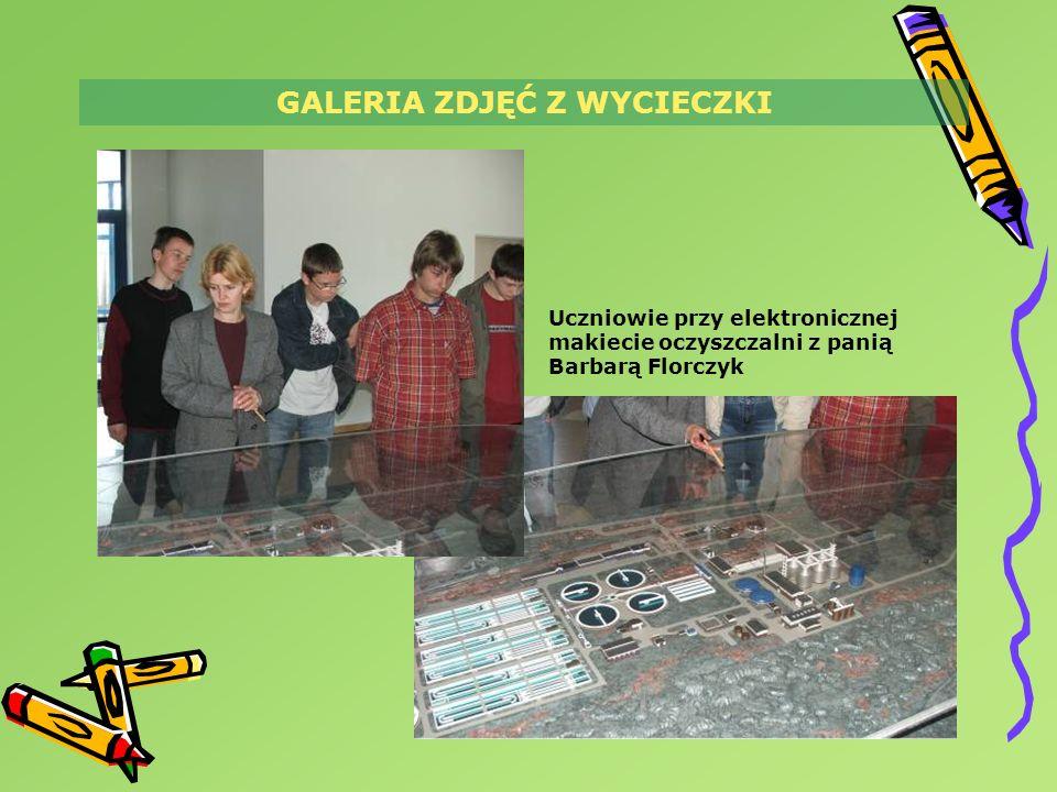 GALERIA ZDJĘĆ Z WYCIECZKI Uczniowie przy elektronicznej makiecie oczyszczalni z panią Barbarą Florczyk