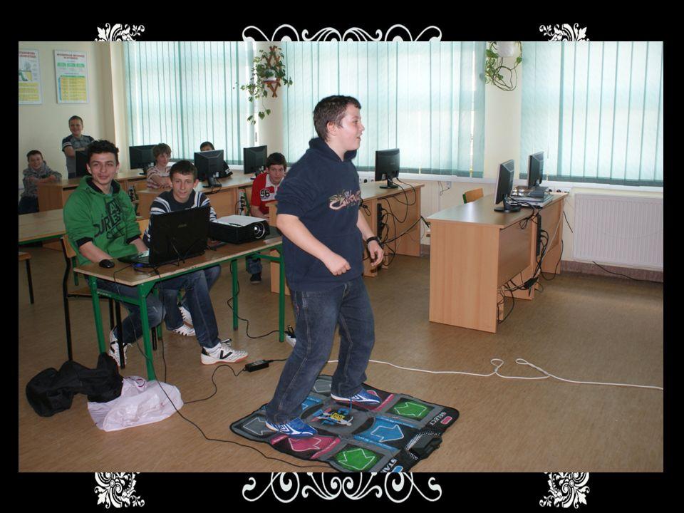 Informatyka Na kursie komputerowym uczestnicy warsztatów uczą się tworzyć pokazy multimedialne, a także będą mieli okazję do niezłej rozrywki- tańca na specjalnej macie !