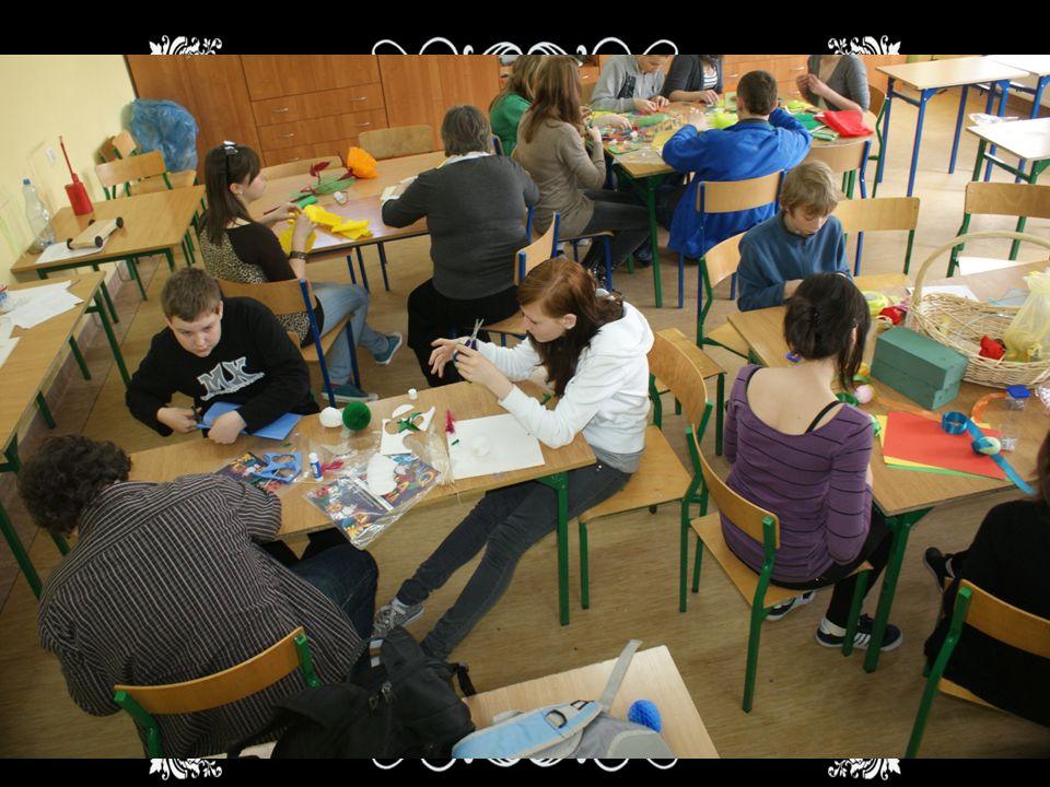 Rękodzieło Głównym celem tego warsztatu jest rozwijanie zdolności manualnych oraz pokazanie naszym młodszym kolegom i koleżankom jak mogą ciekawie spę