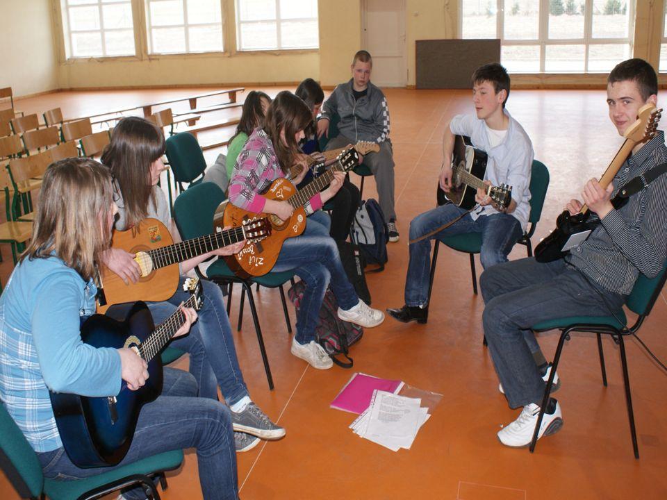 Gra na gitarze Rozwijanie zainteresowania dzieci grą na gitarze jest głównym celem tych zajęć. Głównym zadaniem uczestników jest nauczenie się podstaw