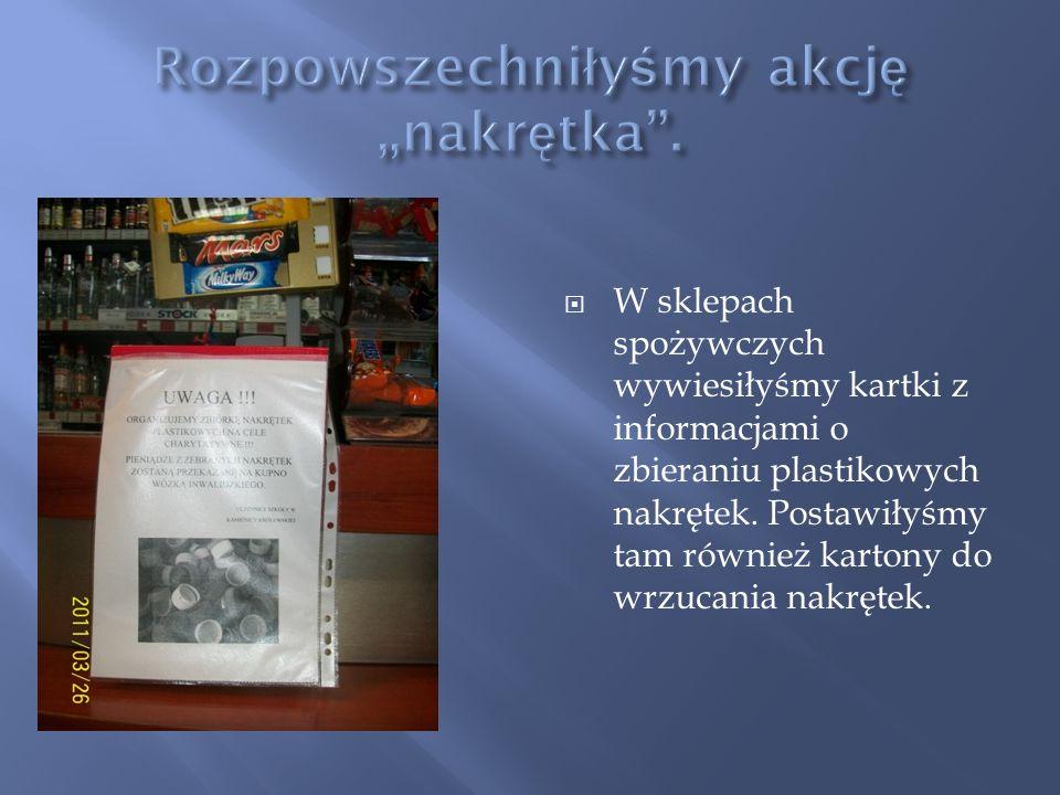W sklepach spożywczych wywiesiłyśmy kartki z informacjami o zbieraniu plastikowych nakrętek. Postawiłyśmy tam również kartony do wrzucania nakrętek.