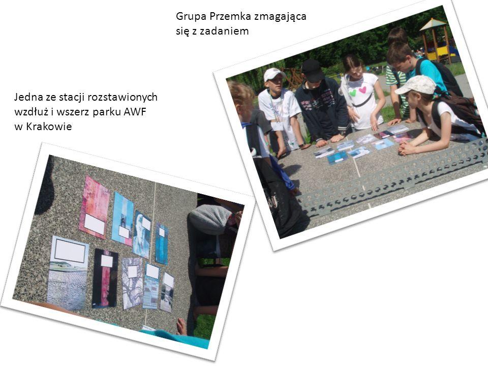 Jedna ze stacji rozstawionych wzdłuż i wszerz parku AWF w Krakowie Grupa Przemka zmagająca się z zadaniem