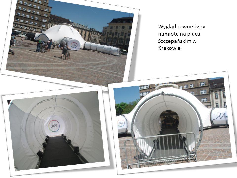 Wygląd zewnętrzny namiotu na placu Szczepańskim w Krakowie