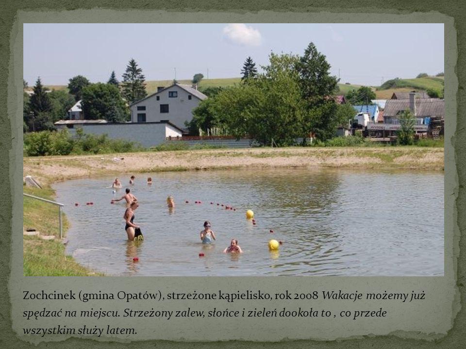 Zochcinek (gmina Opatów), strzeżone kąpielisko, rok 2008 Wakacje możemy już spędzać na miejscu.