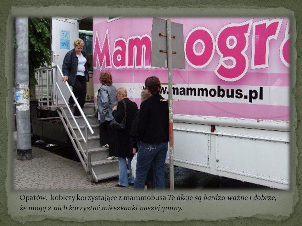 Opatów, kobiety korzystające z mammobusa Te akcje są bardzo ważne i dobrze, że mogą z nich korzystać mieszkanki naszej gminy.