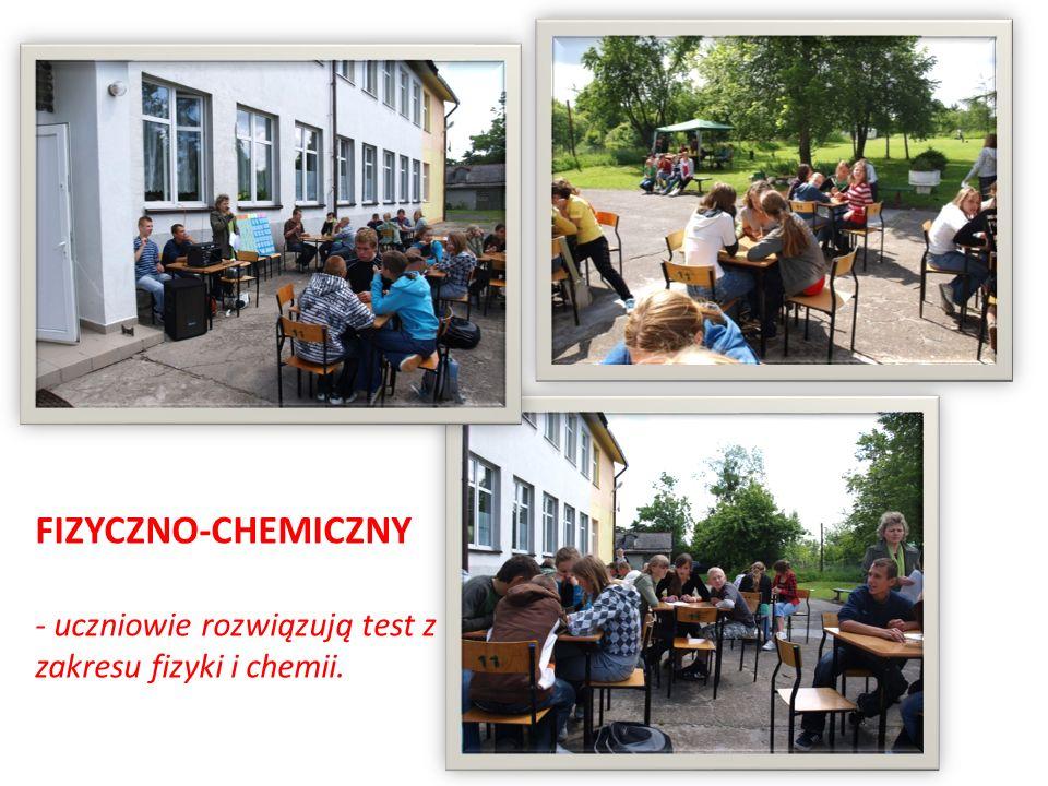 FIZYCZNO-CHEMICZNY - uczniowie rozwiązują test z zakresu fizyki i chemii.