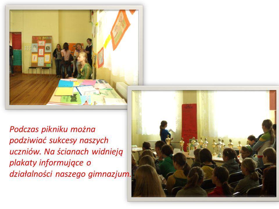 Podczas pikniku można podziwiać sukcesy naszych uczniów. Na ścianach widnieją plakaty informujące o działalności naszego gimnazjum.