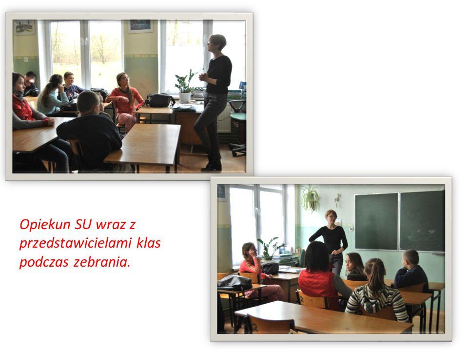 Opiekun SU wraz z przedstawicielami klas podczas zebrania.