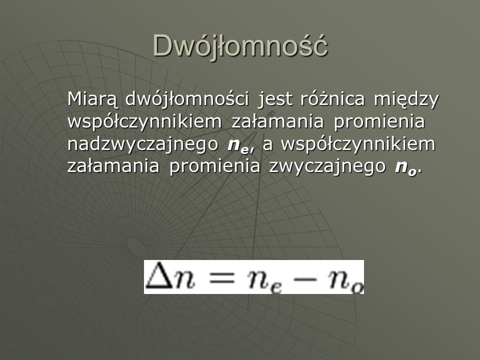 Dwójłomność Miarą dwójłomności jest różnica między współczynnikiem załamania promienia nadzwyczajnego n e, a współczynnikiem załamania promienia zwycz