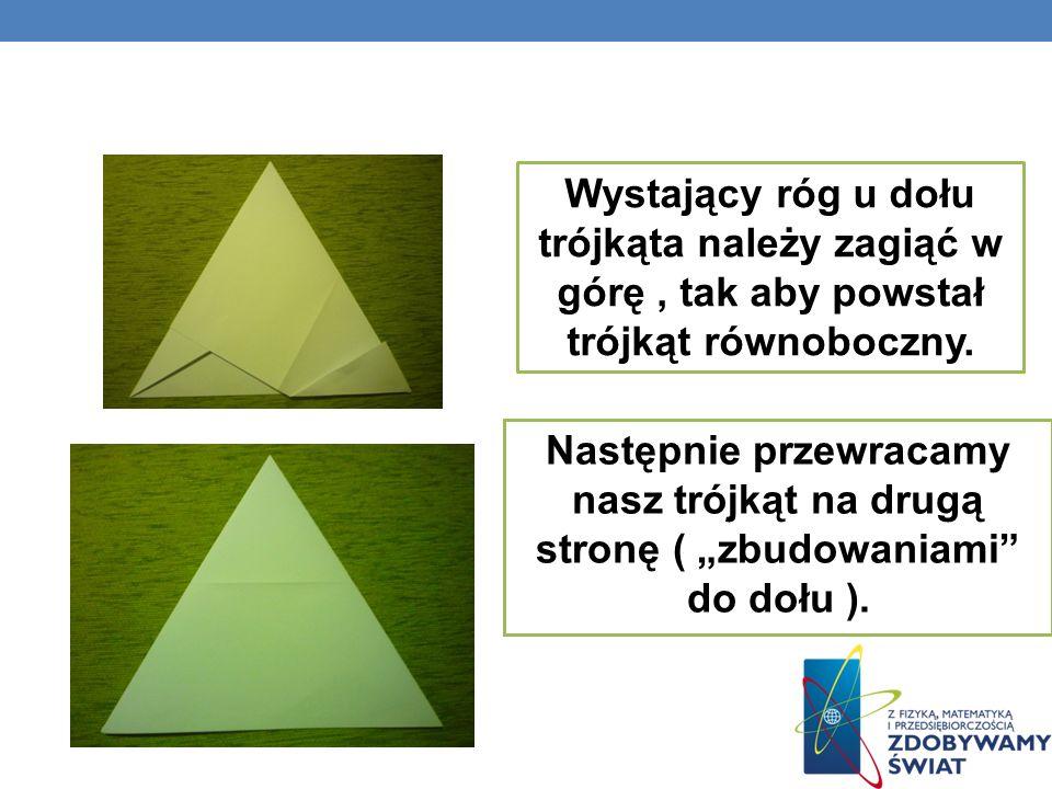 Następnie przewracamy nasz trójkąt na drugą stronę ( zbudowaniami do dołu ). Wystający róg u dołu trójkąta należy zagiąć w górę, tak aby powstał trójk