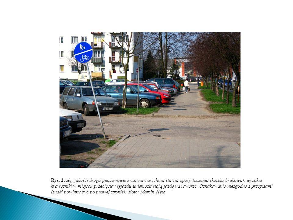 Rys. 2: złej jakości droga pieszo-rowerowa: nawierzchnia stawia opory toczenia (kostka brukowa), wysokie krawężniki w miejscu przecięcia wyjazdu uniem
