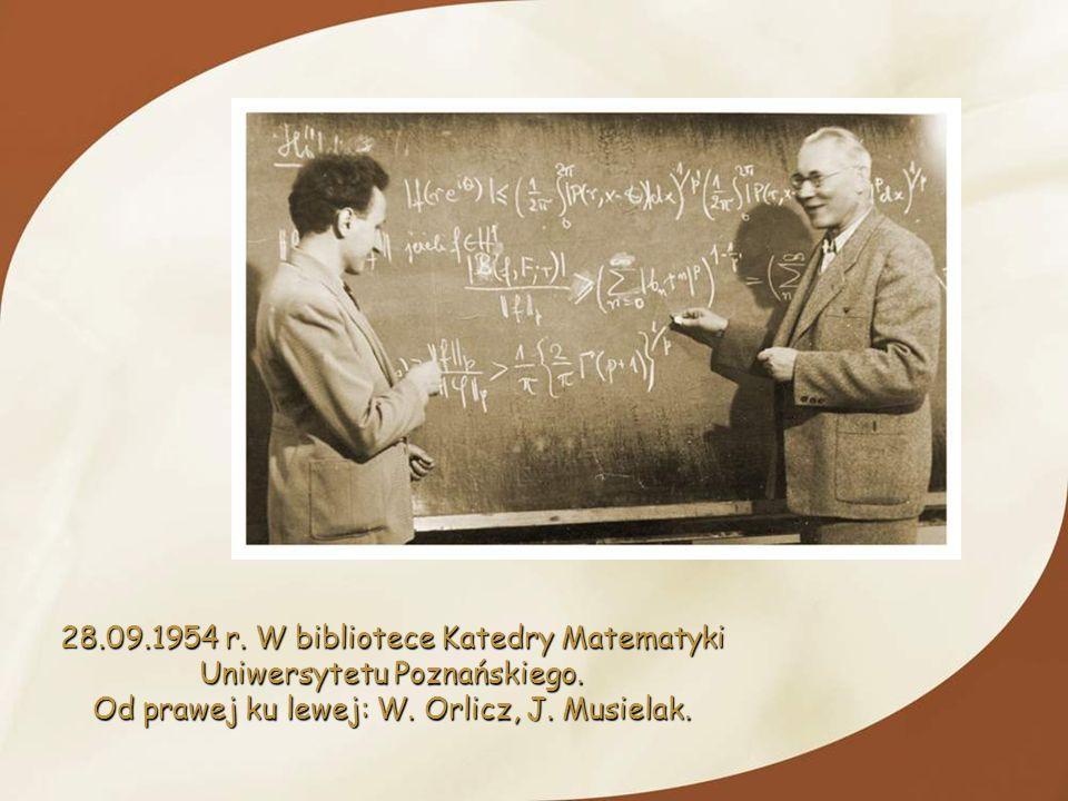 28.09.1954 r. W bibliotece Katedry Matematyki Uniwersytetu Poznańskiego. Od prawej ku lewej: W. Orlicz, J. Musielak.